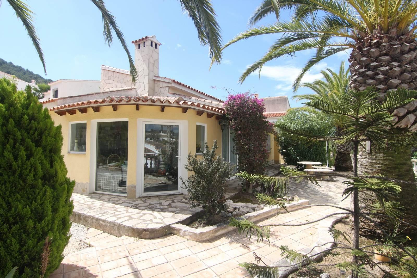 Villa auf flachem Grundstück mit Gemeinschaftspool zum Verkauf.